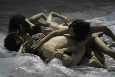 """Lia Rodrigues und ihre Tänzer beeindrucken mit der Performance """"Pindorama"""" (c) Sammi Landweer"""